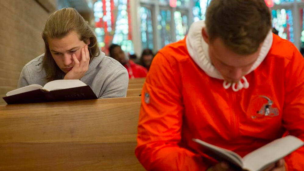 bible-reading-in-pew
